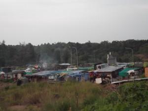 写真7 : 住宅団地前の屋台群 (撮影: 池田 愉歌)