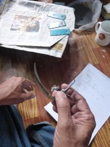 写真1 (左・右):闘鶏用のブレードを作る職人(撮影:祖田 亮次)
