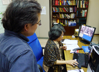 Lecture taking place via long-distance lecture service held between Keio and Kyoto Universities at the Jakarta liaison office.