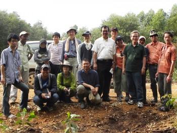 京都大学東南アジア研究所の若手研究員を中心とした京大卒業生およびASAFAS大学院生との合同フィールドワーク風景(インドネシア・スマトラ島)2010年