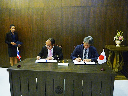 Signing an agreement on MOU with Chulalongkorn University, Thailand(Feb.2011)