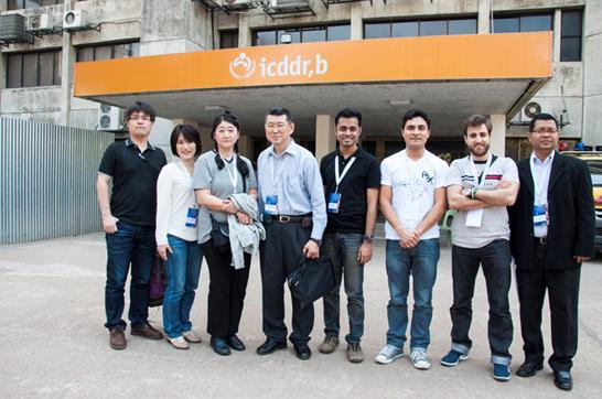 海外実習は、マレーシア、シンガポール、バングラデッシュ、および中国の食品安全あるいは感染症関係の機関を訪問した(合計16日)。写真は京大GSS関係参加者が、バングラデッシュの国際下痢症研究センター(ICDDR, B)関係者の引率で、スラム街のコレラワクチン評価トライアル地域を視察後にICDDR, Bに到着した場面。