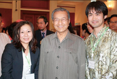 Photo Session with Tun Dr. Mahathir (Left: Ms. Ono, Right: Mr. Kawabata)