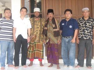 インドネシア・マドゥラ島における村長(右から3人め)との記念撮影。普段から山刀を携帯しているこの村長は、村の治安をあずかり、博徒としても有名であり、昔の日本のやくざを思わせる