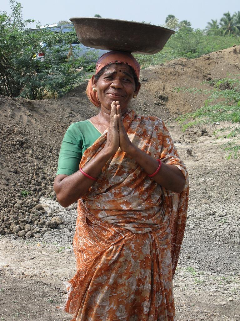 インド・タミルナードゥ 州農村にて、政府の雇用保障プログラムで雇われた女性(2010年1月)