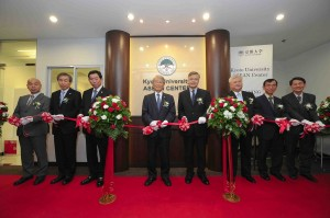 京大の松本総長、三嶋・吉川・小寺理事、森国際機構長らとともにリボン・カット