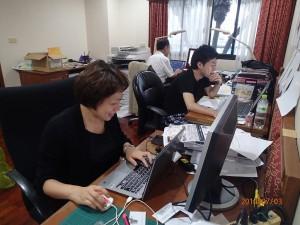 戦い済んで、日が暮れて、なお: 東南アジア研究所・バンコク連絡事 務所内に設けられたアセアン・センター設置準備室で。開所式の後も、なお残務 整理に追われるスタッフ。