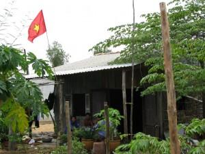 ベトナム南部開拓村の新しい故郷に翻るベトナム国旗