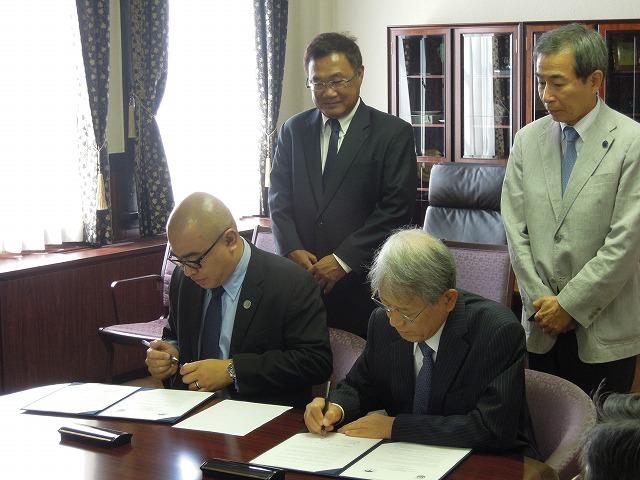 調印の様子(左より、Haji Zulkarnain bin Haji Hanafi[VICE-CHANCELLOR]、松本総長)