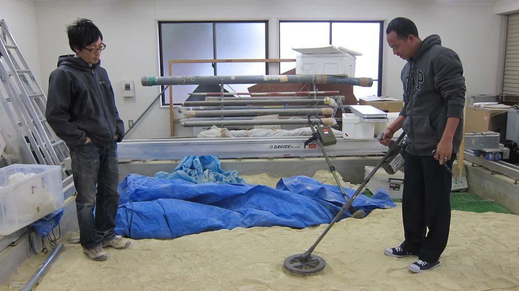東北大学での地雷探知機のデモンストレーション