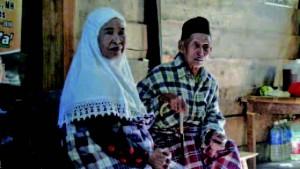 ベッチェさん(左)は自宅から日本兵に連れ去られ、性奴隷とされた。いとこ(右)の男性はどう することもできなかったと涙ぐむ。その後ベッチェさんは家族から追い出され、家政婦として働く等し て、今はいとこの男性の家族と暮らす。