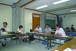 文理双方の研究者が研究会で議論する。研究会は貴重なコミュニケーションの場である。