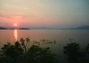 タイ国西部に位置するケンクラチャン湖。この湖には、世界最大の淡水魚で絶滅が危惧されるメ コンオオナマズが放流されている。この湖で、オオナマズがいつ、どこで、何をしているかを調べ ている。