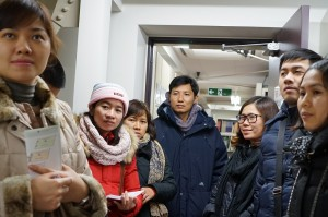 10 Vietnamese trainees overviewed the activities of CSEAS Library and attended lecture by Ono Mikiko (Assistant Professor of CSEAS)