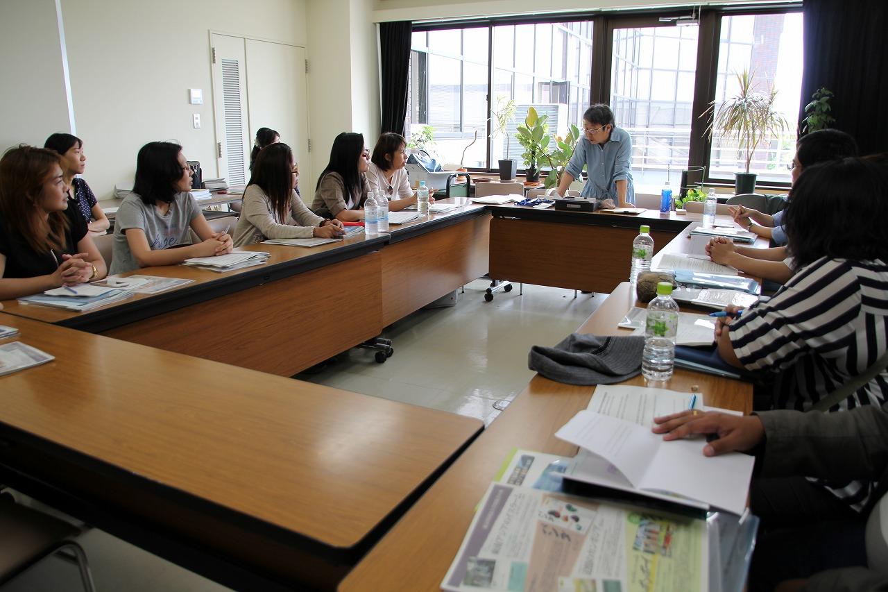 講義 「日本・東南アジアにおける学術情報基盤環境の比較」を行う大野助教