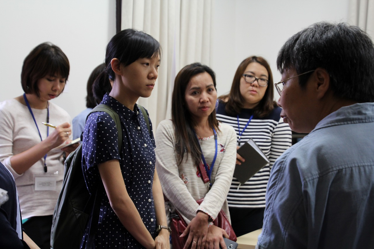 10 Thai trainees overviewed the activities of CSEAS Library and attended lecture by Ono Mikiko (Assistant Professor of CSEAS)