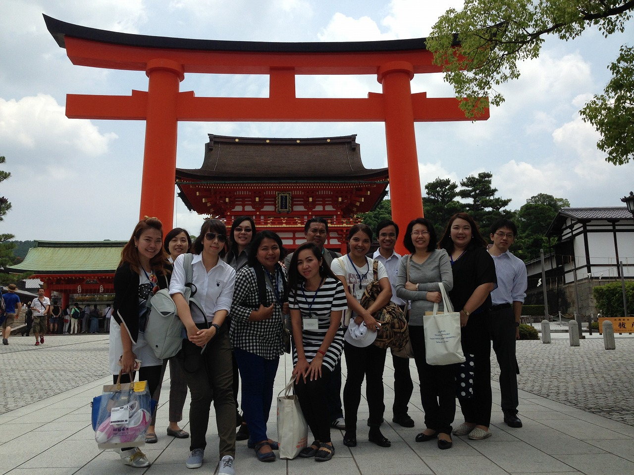 Sightseeing at Fushimiinaritaisha shrine (in Kyoto)
