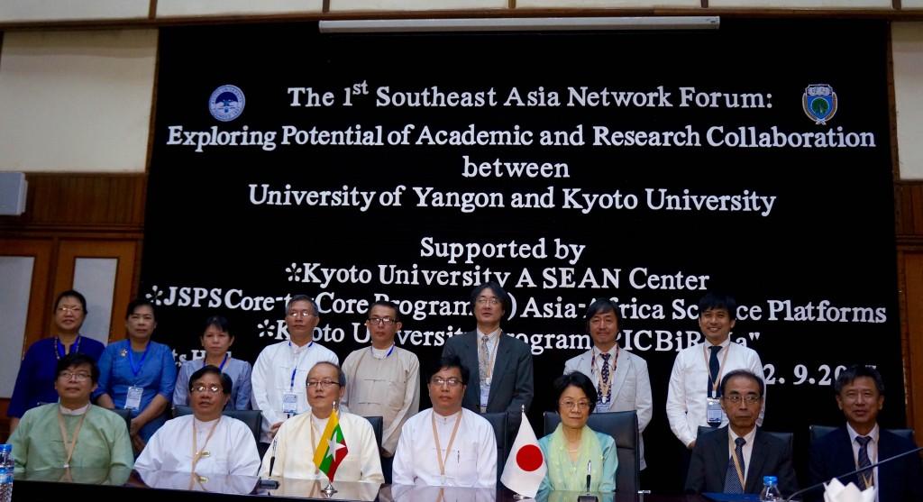調印式後の集合写真(ヤンゴン大学)