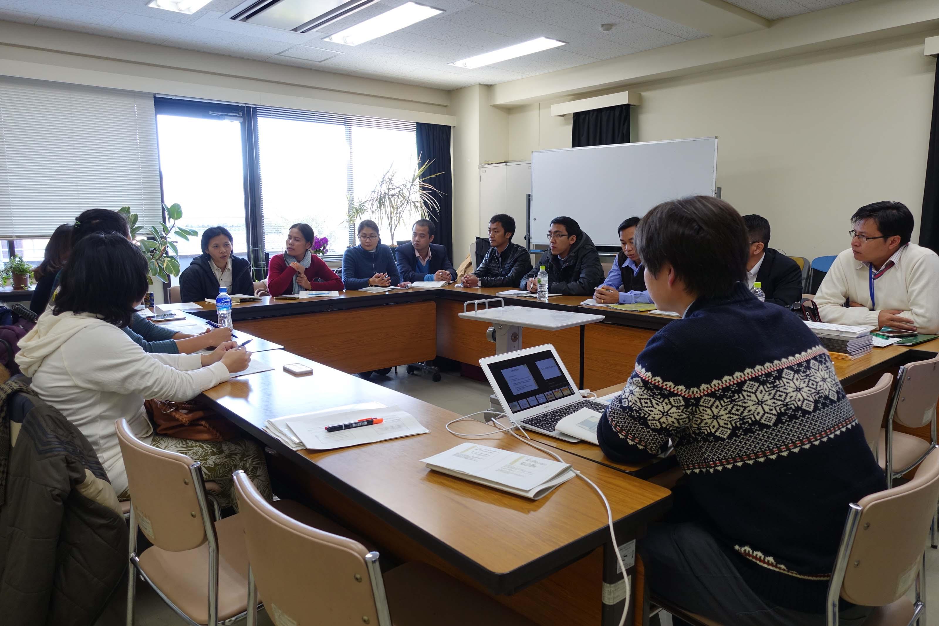 講義(木谷助教):東南アジア逐次刊行物データベース構築スキームの様子 1(共同棟4階セミナー室)