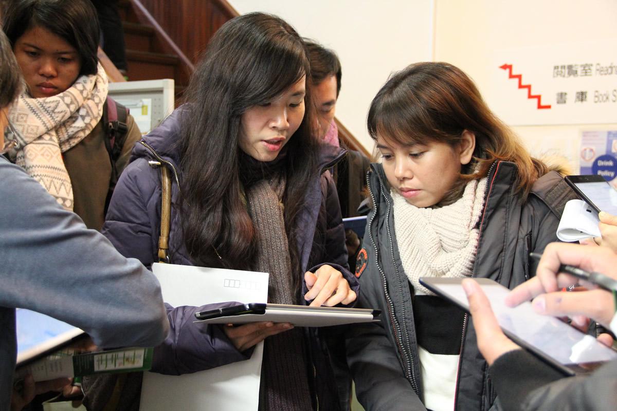 東南アジア研究所・図書室にてレクチャーをうける研修生(10名)