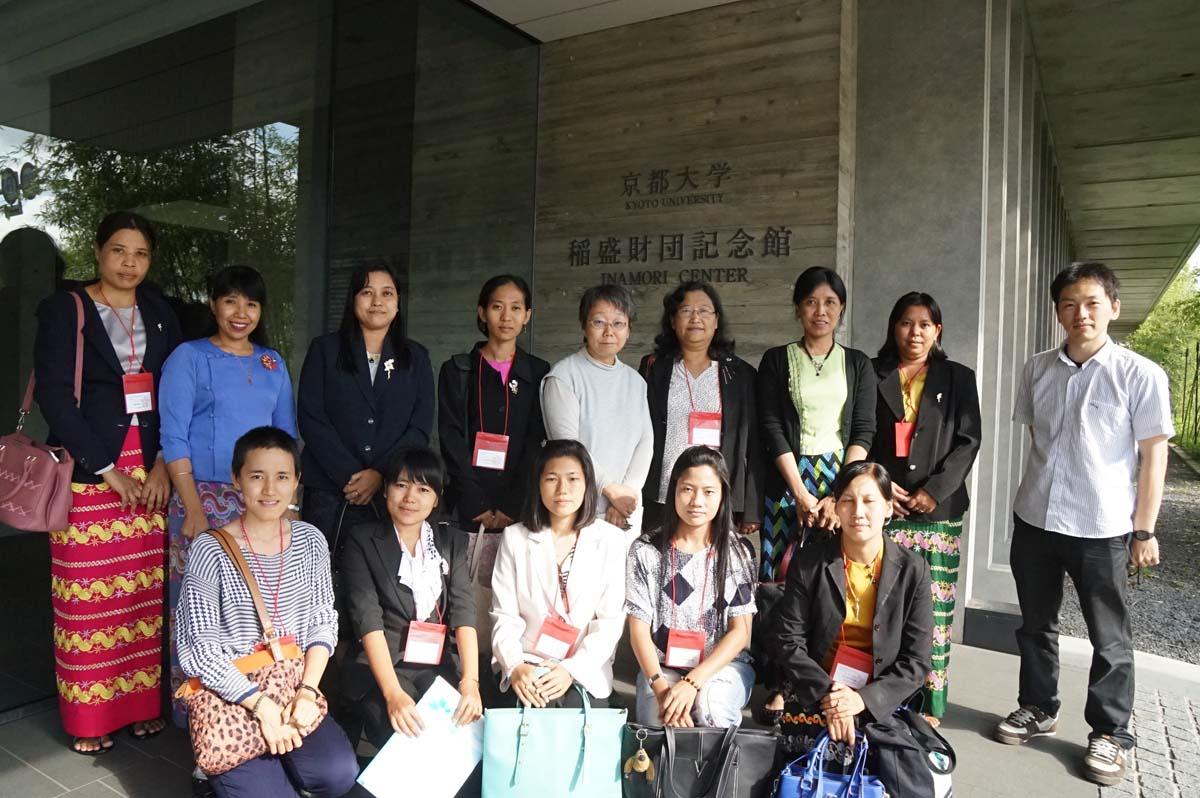 東南アジア研究所正面玄関にて集合写真