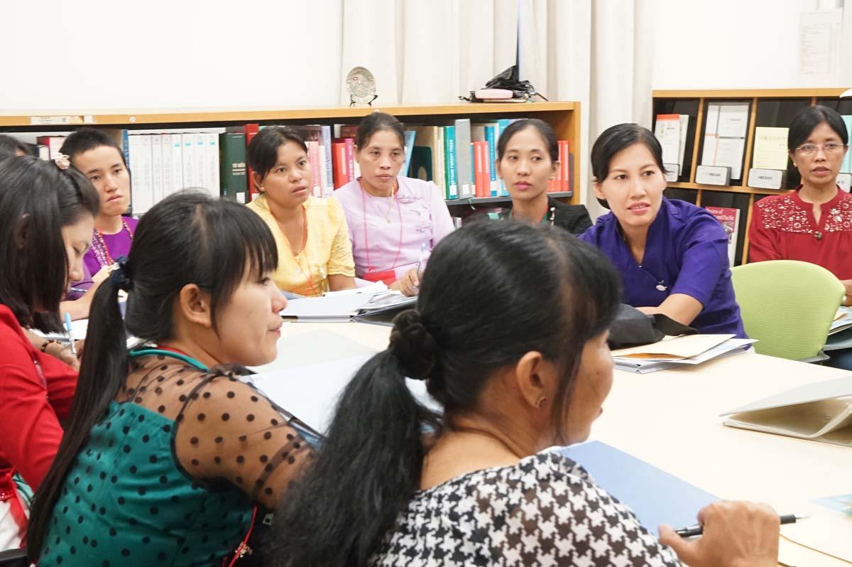東南アジア研究所・図書室にてレクチャーをうける研修生