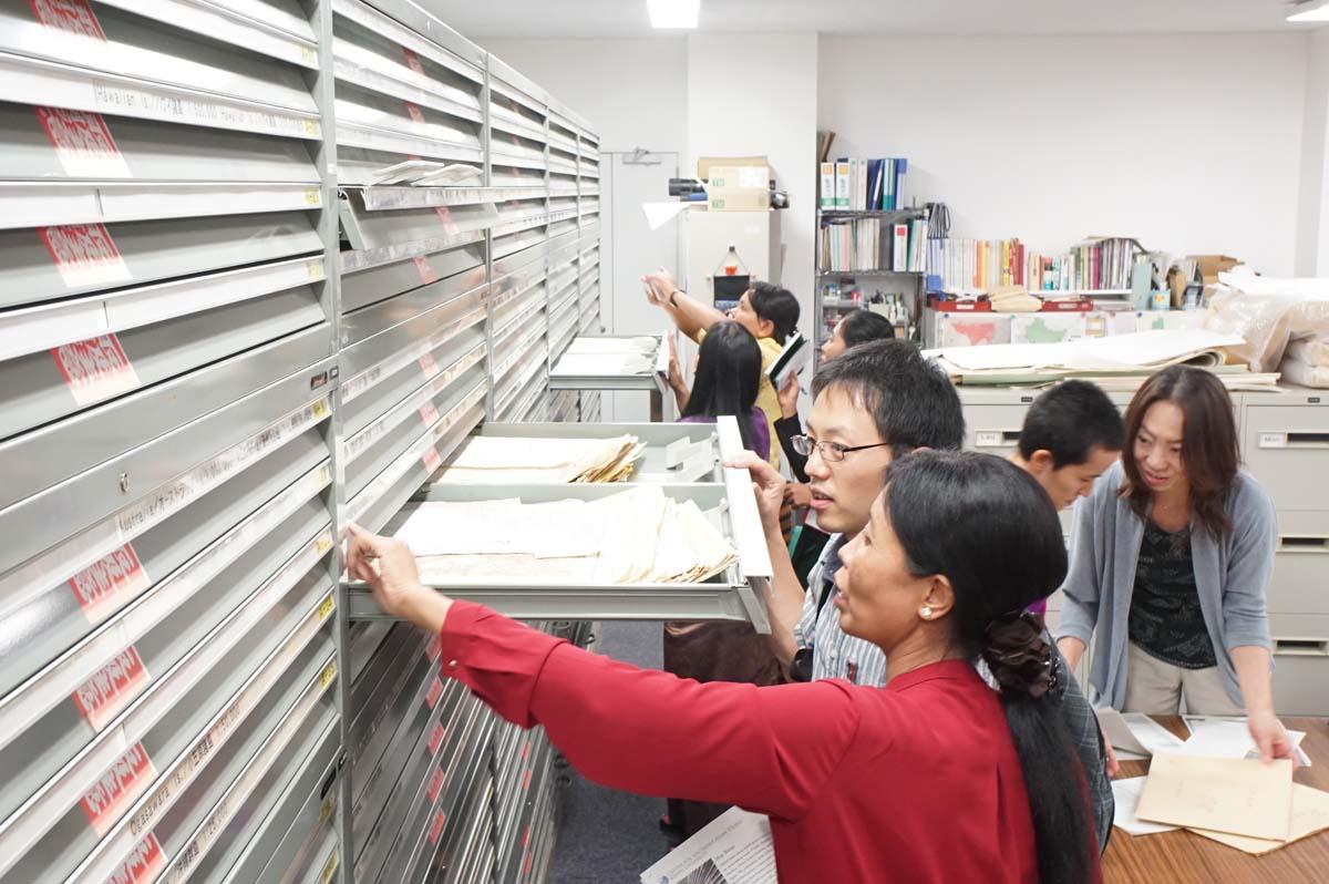 東南アジア研究所・地図室の視察