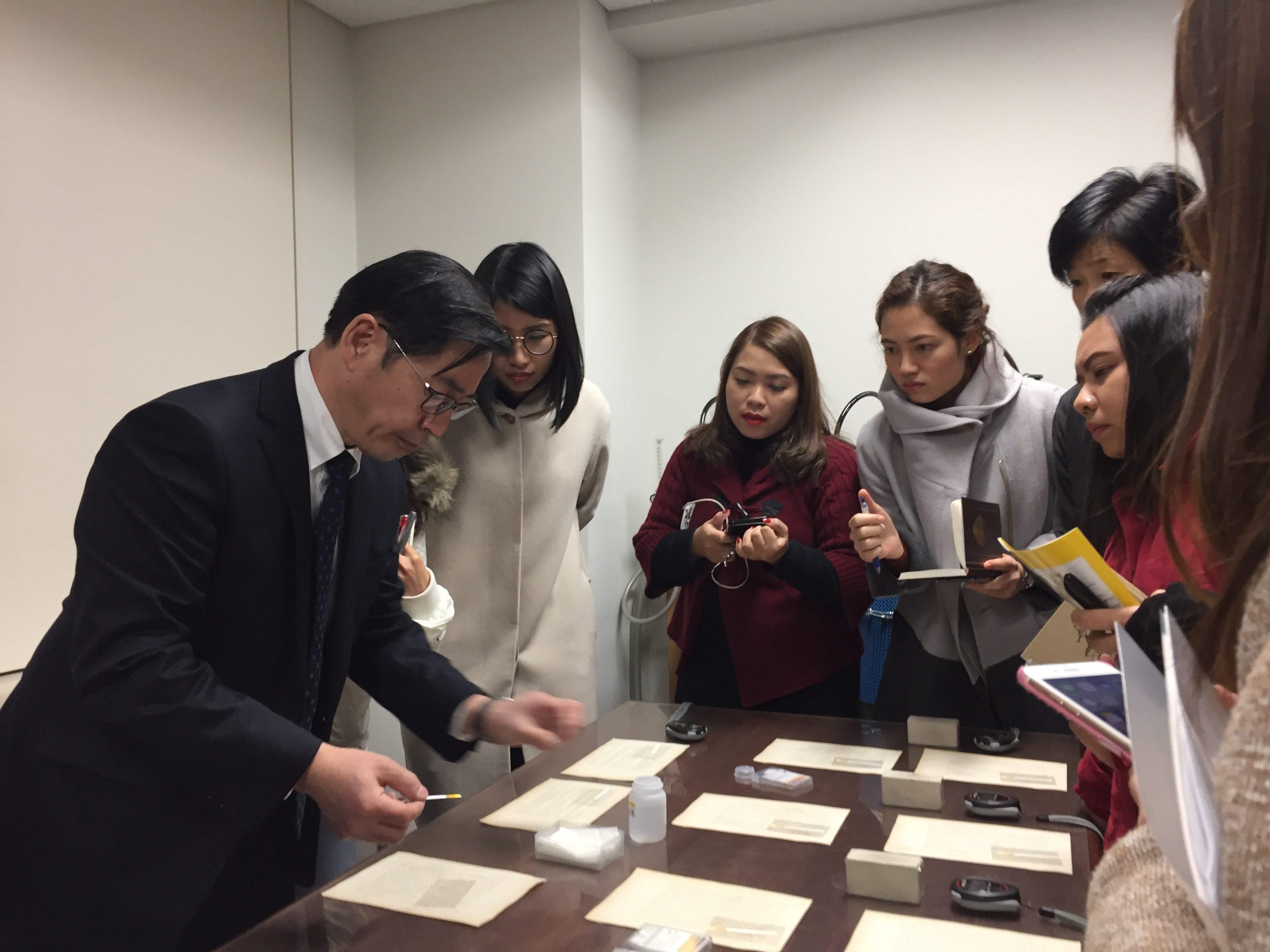 東京大学経済学資料室にて研修3